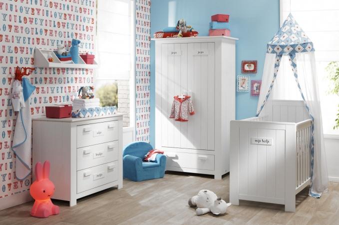 Kinderkamer met kast, commode en ledikant in het wit